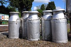 Alte Milchkannen, Hampton Loade Stockbilder