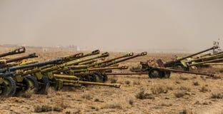 Alte Militärfahrzeuge, Behälter und Gewehre in Afghanistan stockfotos
