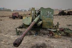 Alte Militärfahrzeuge, Behälter und Gewehre in Afghanistan lizenzfreie stockfotografie