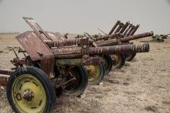 Alte Militärfahrzeuge, Behälter und Gewehre in Afghanistan lizenzfreies stockbild