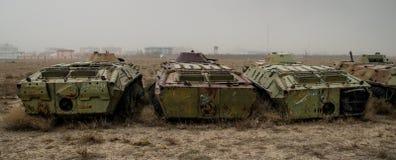 Alte Militärfahrzeuge, Behälter und Gewehre in Afghanistan stockbild