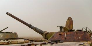 Alte Militärfahrzeuge, Behälter und Gewehre in Afghanistan lizenzfreies stockfoto