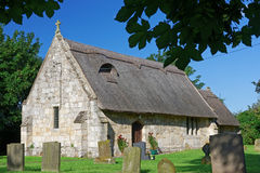 Alte mit Stroh gedeckte Kirche in Lincolnshire, Großbritannien Stockfoto