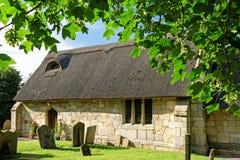Alte mit Stroh gedeckte Kirche in Lincolnshire, Großbritannien Stockbild