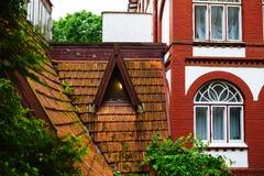 Alte mit Ziegeln gedeckte Dächer des Shops und der Bäder in Svetlogorsk, Russland Lizenzfreies Stockbild