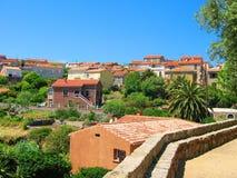 Alte mit Ziegeln gedeckte Dächer von Cargèse, Corse Stockbild