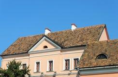 Alte mit Ziegeln gedeckte Dächer von Häusern im Dreiheits-Vorort, Minsk Lizenzfreie Stockfotografie