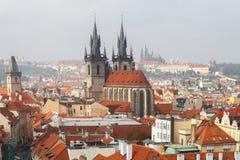 Alte mit Ziegeln gedeckte Dächer von Prag, Tschechische Republik Stockfotografie