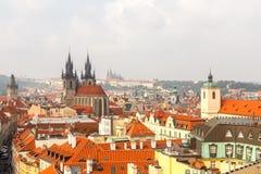 Alte mit Ziegeln gedeckte Dächer von Prag, Tschechische Republik Lizenzfreie Stockfotos