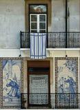 Alte mit Ziegeln gedeckte Haus-Frontseite, Lissabon, Portugal Lizenzfreie Stockfotografie
