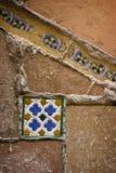 Alte mit Ziegeln gedeckte Wand stockfoto
