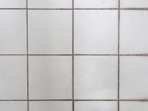 Alte mit Ziegeln gedeckte weiße Wandbeschaffenheit Stockbild