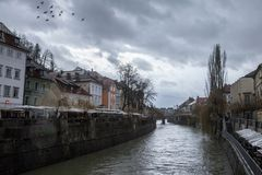 Alte Mitte von Ljubljana, Hauptstadt von Slowenien während eines bewölkten regnerischen Tages mit dem Ljubljanica-Fluss im Vorder Stockfotos
