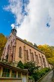 Alte mittelalterliche Abteikirche in Elsass Stockfotos
