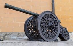 Alte mittelalterliche Artillerieeisenkanone Stockbilder