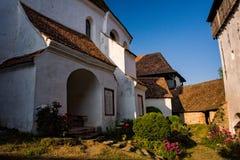 Alte mittelalterliche Dorfwehrkirche in Siebenbürgen Lizenzfreies Stockfoto