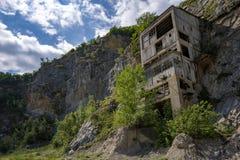 Alte mittelalterliche Festung Golubac andere Seite verließ das Bulding vom alten Bergwerk, Serbien stockfoto