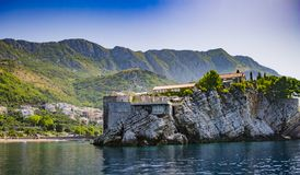 Alte mittelalterliche Häuser auf Felsen im Meer, Balkan, Mittelmeer Lizenzfreie Stockbilder