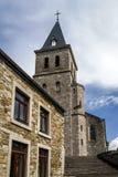 Alte mittelalterliche Kirche im kleinen Dorf Lizenzfreies Stockfoto