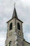 Alte mittelalterliche Kirche im kleinen Dorf Stockfotos