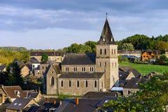 Alte mittelalterliche Kirche im kleinen Dorf Stockbilder