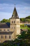 Alte mittelalterliche Kirche im kleinen Dorf Stockfoto