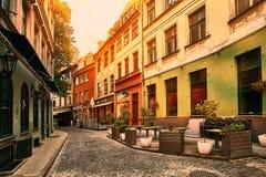 Alte mittelalterliche Morgenengestraße in Riga, Lettland Retro- angeredet Lizenzfreie Stockfotos