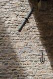 Alte mittelalterliche Steinwand mit Eiseneinsätzen in der Mitte von F Stockfoto