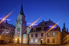 Alte mittelalterliche Straße in der historischen Mitte von Riga nachts Stockfoto