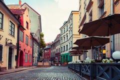 Alte mittelalterliche Straße in Riga, Lettland lizenzfreies stockbild