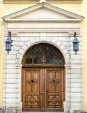 Alte mittelalterliche Tür in einem Haus in der Mitte von Lemberg Lizenzfreie Stockfotografie