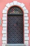 Alte mittelalterliche Tür in einem Haus in der Mitte von Lemberg Stockbild