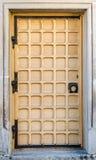 Alte mittelalterliche Tür in einem Haus in der Mitte von Lemberg Lizenzfreie Stockfotos