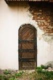 Alte mittelalterliche Tür im zerstörten Gebäude Stockfotografie