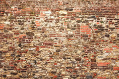 Alte mittelalterliche Wand des Steins und des Ziegelsteines Stockbild