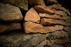 Alte mittelalterliche Wand von Kalksteinziegelsteinen Stockbild