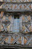 Alte mittelalterliche Ziegelstein- und Bauholzwand Stockfotografie