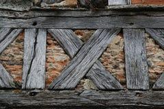 Alte mittelalterliche Ziegelstein- und Bauholzwand Lizenzfreie Stockbilder