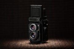 Alte mittlere Formatkamera unter einem Scheinwerferlicht Lizenzfreies Stockfoto
