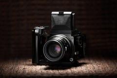 Alte mittlere Formatkamera unter einem Scheinwerferlicht Stockfoto