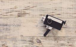Alte 8mm Filmkamera der klassischen Weinlese auf alten hölzernen Brettern Santa Claus mit der Tasche der Geschenke Draufsicht mit Lizenzfreie Stockfotos