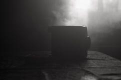 Alte 8mm Filmkamera der klassischen Weinlese auf Tabelle mit Nebelabschluß oben Selektiver Fokus Alte sowjetische Kamera Stockfoto