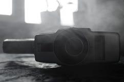 Alte 8mm Filmkamera der klassischen Weinlese auf Tabelle mit Nebelabschluß oben Selektiver Fokus Alte sowjetische Kamera Stockfotos