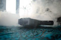 Alte 8mm Filmkamera der klassischen Weinlese auf Tabelle mit Nebelabschluß oben Selektiver Fokus Alte sowjetische Kamera Lizenzfreie Stockfotos
