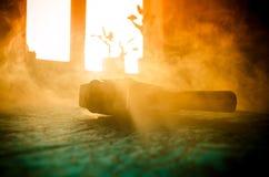 Alte 8mm Filmkamera der klassischen Weinlese auf Tabelle mit Nebelabschluß oben Selektiver Fokus Alte sowjetische Kamera Lizenzfreies Stockfoto