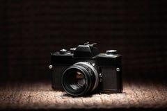 Alte 35mm Filmkamera unter einem Scheinwerferlicht Stockbild