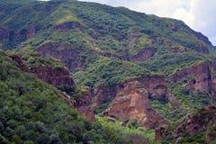Alte montagne accanto al fiume di Azat ed al monastero di Geghard, coperti Immagini Stock