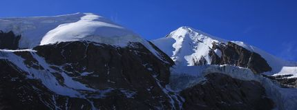 Alte montagne accanto al passo di montagna della La di Thorung Fotografia Stock Libera da Diritti