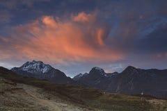 Alte montagne al tramonto Immagini Stock
