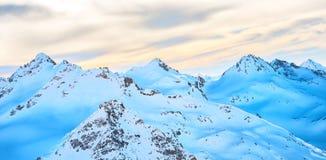 Alte montagne blu in nuvole Fotografia Stock Libera da Diritti